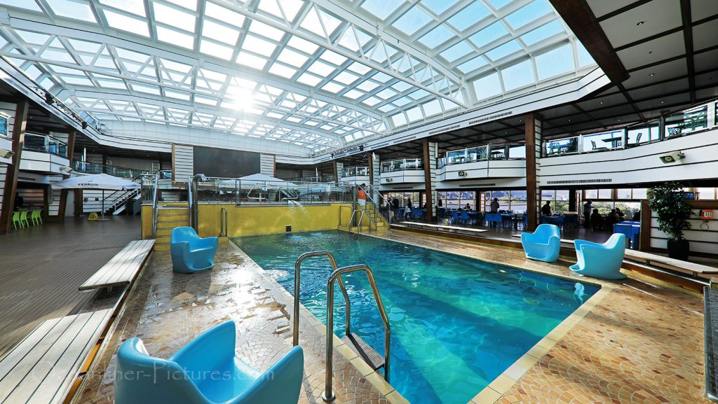Lido Pool und Magrodome Glasdach Costa Favolosa / Foto: Oliver Asmussen/oceanliner-pictures.com