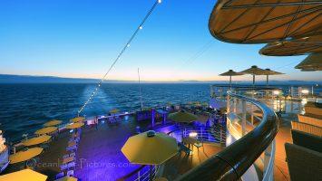 Morgendämmerung mit Blick über die Terrassen am Heck der Costa Favolosa / Foto: Oliver Asmussen/oceanliner-pictures.com