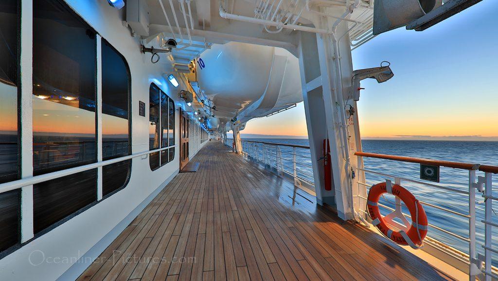 Morgens auf der Promenade der Costa Favolosa / Foto: Oliver Asmussen/oceanliner-pictures.com