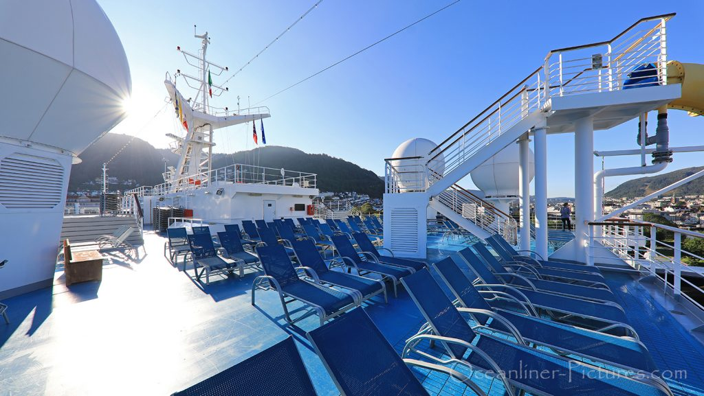 Sonnendeck und Eingang Waserrutsche morgens Costa Favolosa / Foto: Oliver Asmussen/oceanliner-pictures.com