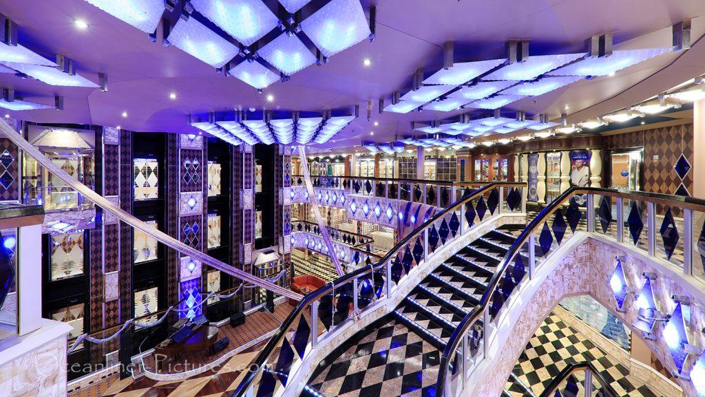 Treppe im Atrium der Costa Favolosa / Foto: Oliver Asmussen/oceanliner-pictures.com