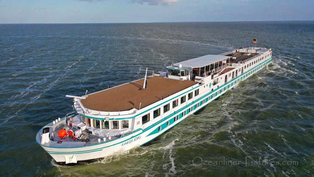 Flusskreuzfahrtschiff MS Junker Joerg bei einem Wendemanöver / Foto: Oliver Asmussen/oceanliner-pictures.com