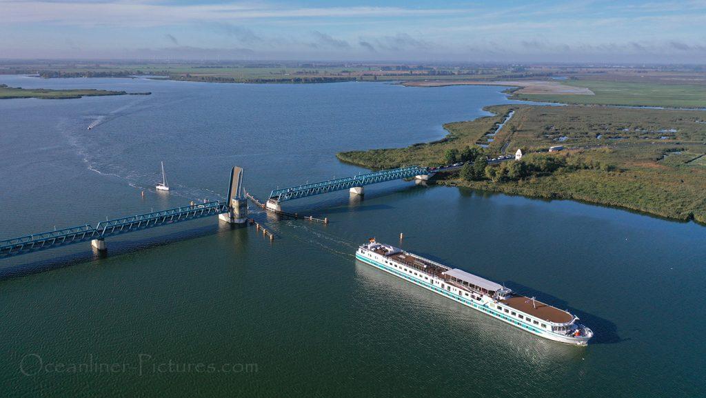 Junker Joerg passiert Peenebrücke Zecherin / Foto: Oliver Asmussen/oceanliner-pictures.com