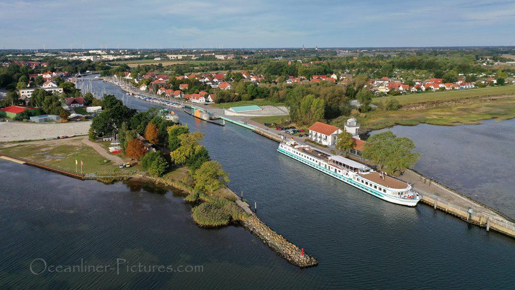 MS Junker Joerg am Anleger Greifswald-Wieck / Foto: Oliver Asmussen/oceanliner-pictures.com