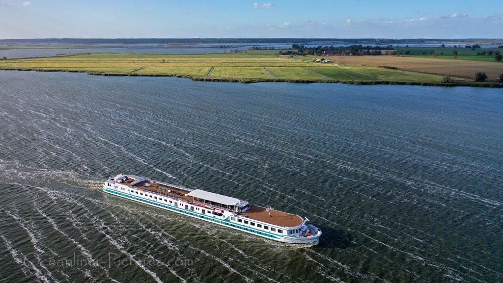 MS Junker Joerg bei Zecherin / Foto: Oliver Asmussen/oceanliner-pictures.com