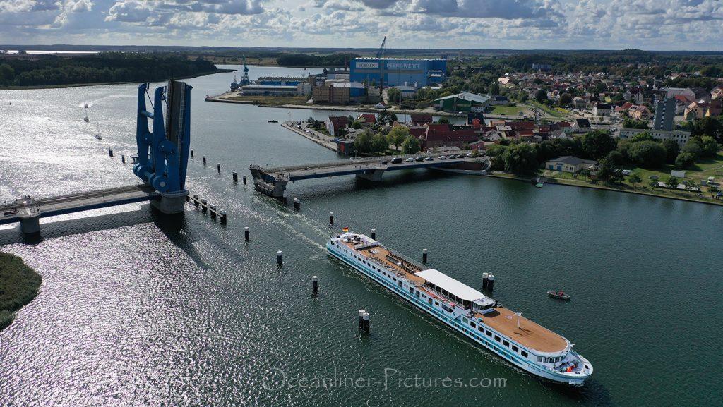 MS Junker Joerg passiert Peenebrücke Wolgast / Foto: Oliver Asmussen/oceanliner-pictures.com
