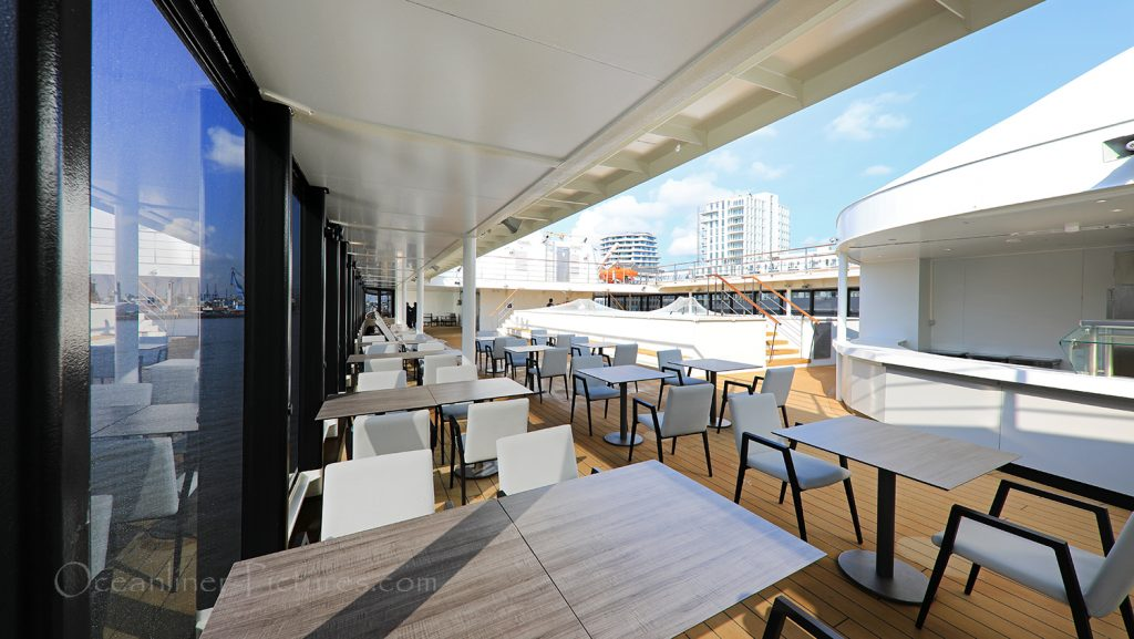 Sitzgelegenheiten bei Bar und Lido Cafe World Explorer / Foto: Oliver Asmussen/oceanliner-pictures.com