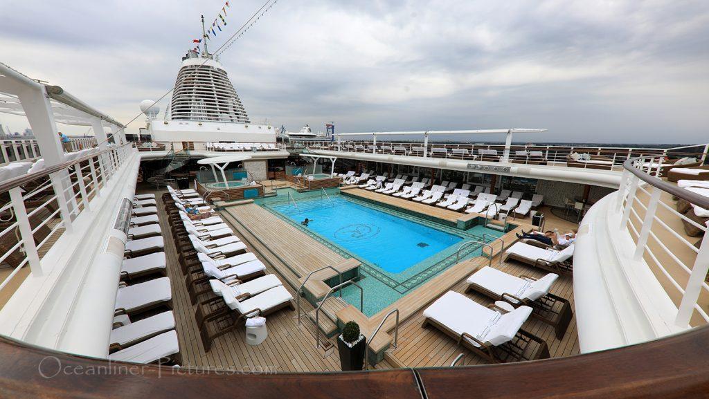 Sonnenliegen, Sonnendeck und Swimming Pool Seven Seas Explorer / Foto: Oliver Asmussen/oceanliner-pictures.com