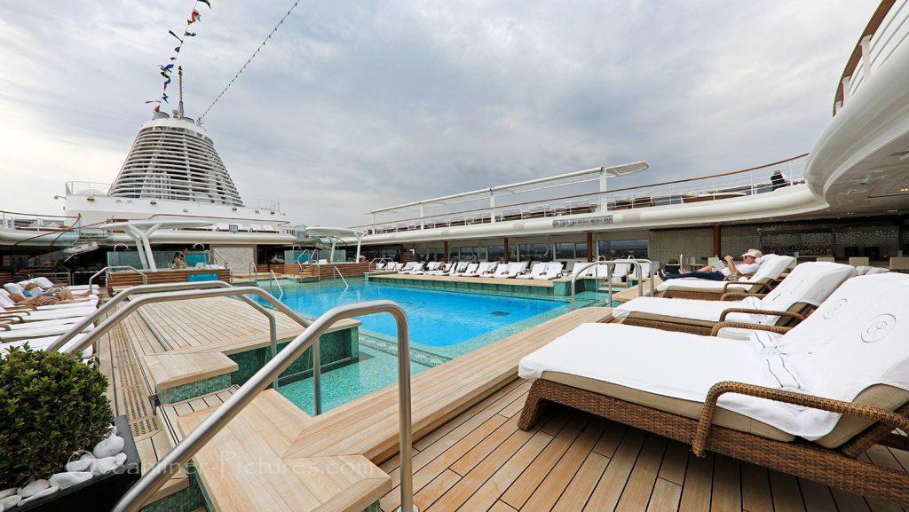 Sun Decks und Swimming Pool Seven Seas Explorer / Foto: Oliver Asmussen/oceanliner-pictures.com