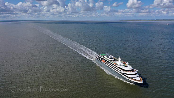 nicko cruises World Explorer auf der Elbe in Richtung Hamburg