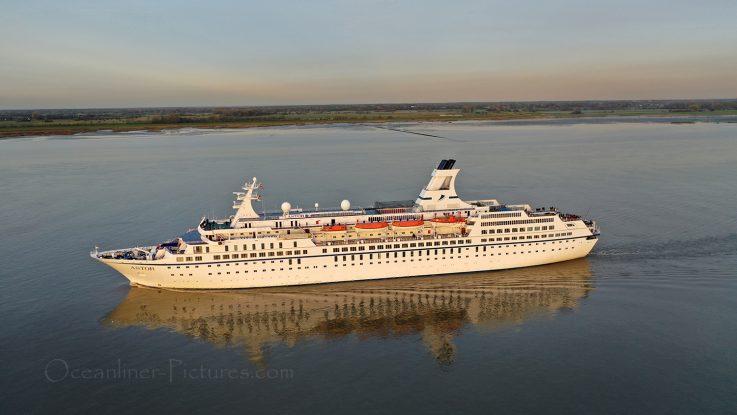 Aus MS Astor wird Jules Verne von Cruise and Maritime Voyages / Foto: Oliver Asmussen/oceanliner-pictures.com
