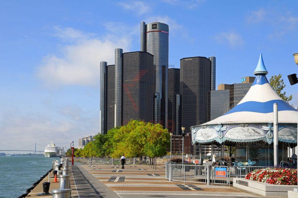 Detroit Riverfront und Renaissance Center mit MS Hamburg / Foto: Oliver Asmussen/oceanliner-pictures.com