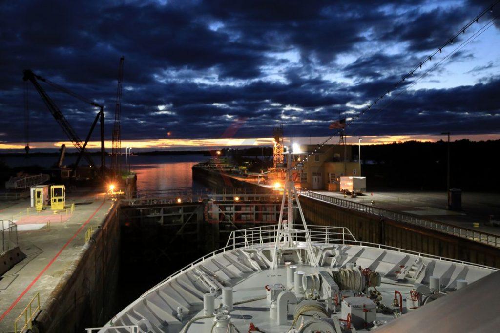MS Hamburg in der Eisenhower Schleuse am Sankt-Lorenz-Strom / Foto: Oliver Asmussen/oceanliner-pictures.com