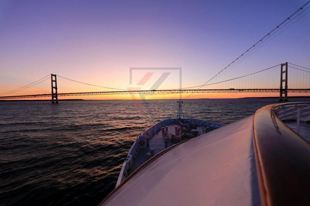 MS Hamburg vor Mackinac Bridge / Foto: Oliver Asmussen/oceanliner-pictures.com