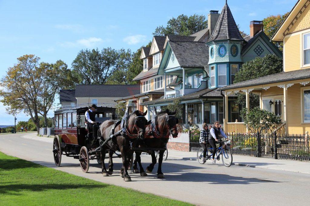 Pferdekutschen und viktorianische Villen auf Mackinac Island / Foto: Oliver Asmussen/oceanliner-pictures.com