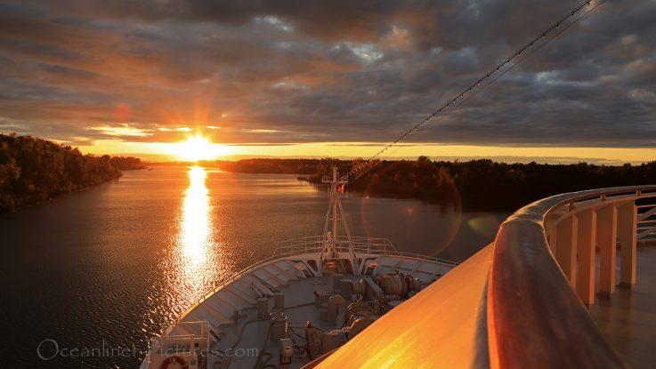 Sonnenuntergang auf dem Sankt-Lorenz-Strom in Richtung Große Seen / Foto: Oliver Asmussen/oceanliner-pictures.com