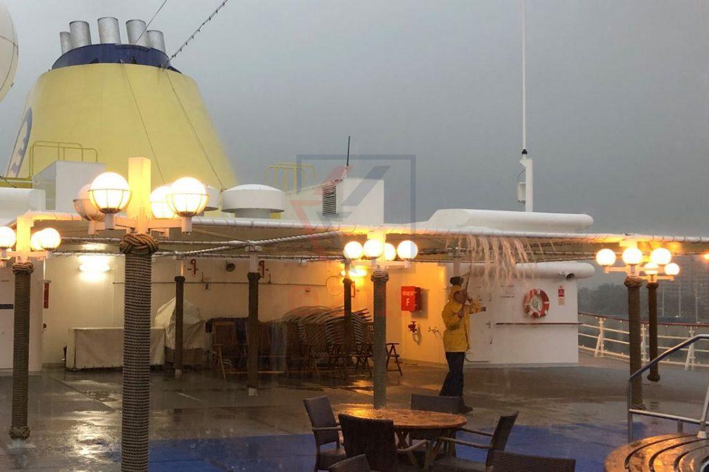 Starkregen in Montreal, Beseitigung der Wassermassen vom Sonnensegel MS Hamburg / Foto: Oliver Asmussen/oceanliner-pictures.com