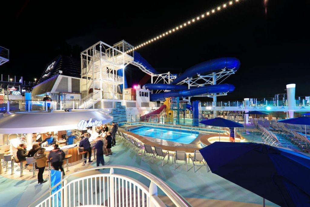 Sun Deck, Pool, Aqua Racer und Waves Bar Norwegian Encore / Foto: Oliver Asmussen/oceanliner-pictures.com