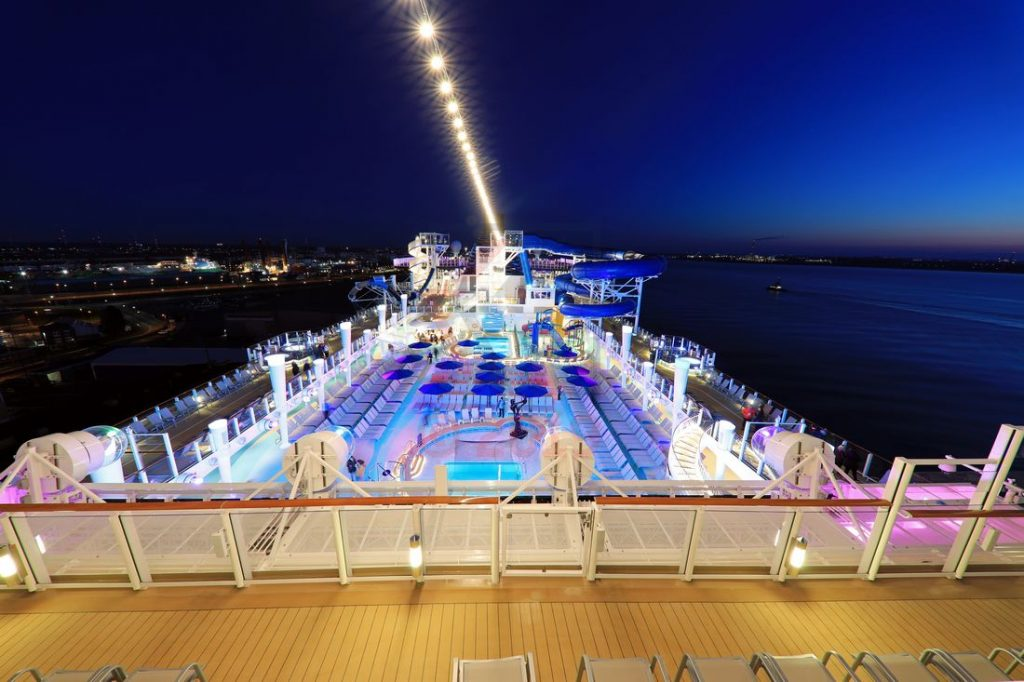 Sun Deck und Wasserrutschen abends Norwegian Encore / Foto: Oliver Asmussen/oceanliner-pictures.com