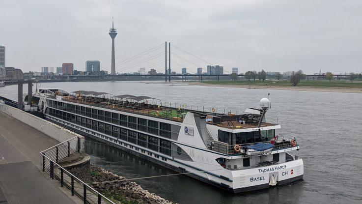 Hotelschiff Thomas Hardy in Düsseldorf liegend